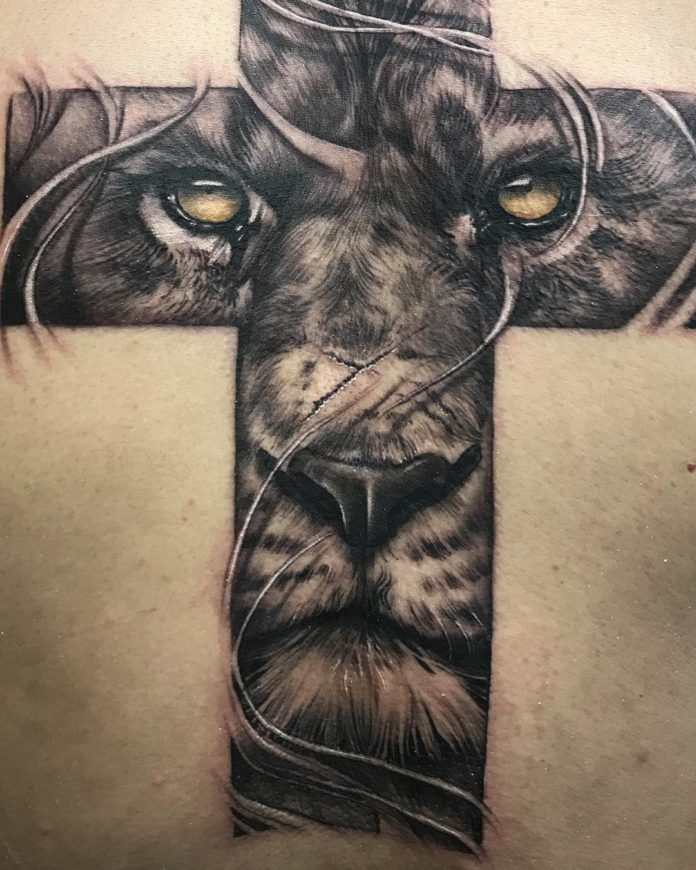 Tatouage original d'une Tête de Lion sur une croix
