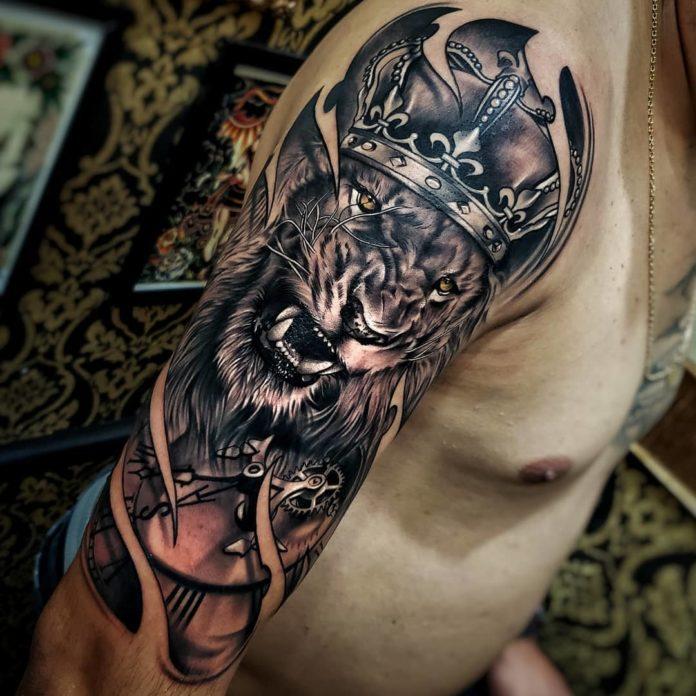 Tatouage Tête de Lion + couronne sur épaule