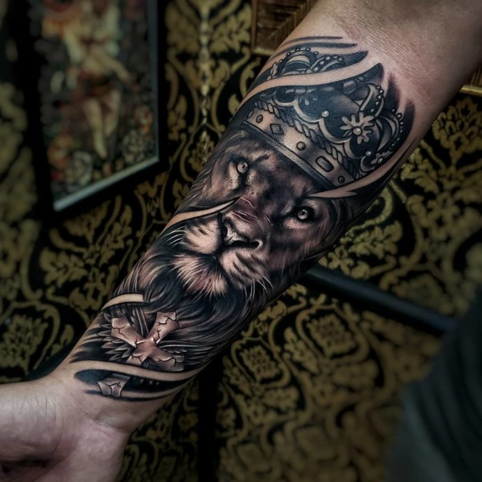 Tatouage Tête de Lion + couronne sur avant bras