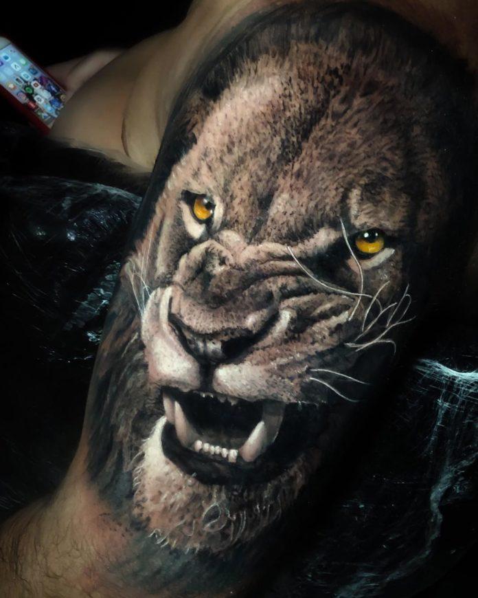 Tatouage Tête de Lion réaliste sur épaule