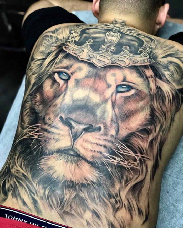 Tatouage Tête de Lion avec couronne dans le dos