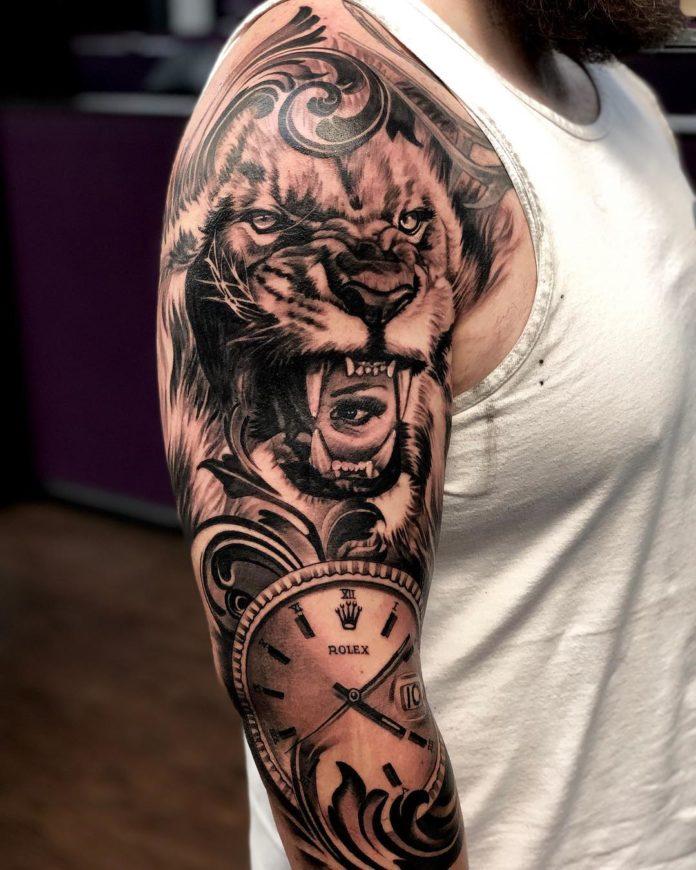 Tatouage Tête de Lion avec visage de femme sur épaule
