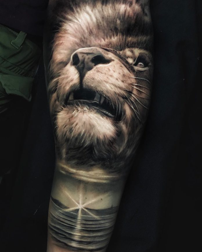 Tatouage Tête de Lion réaliste sur bras