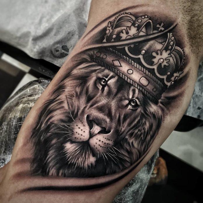 Tatouage Tête de Lion avec couronne sur le biceps