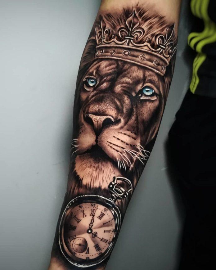 Tatouage Tête de Lion avec couronne sur avant bras