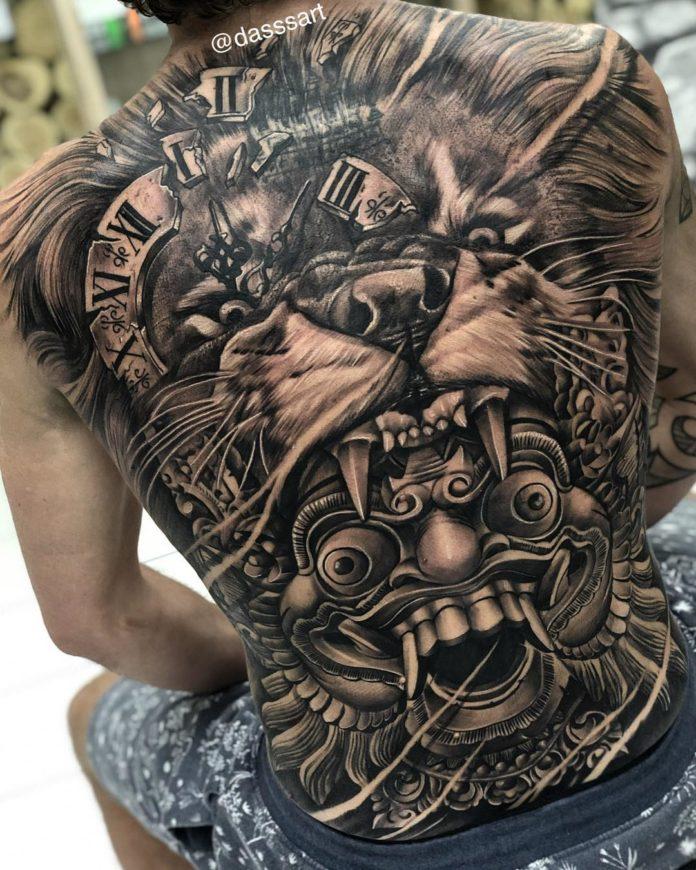 Incroyable composition d'un tatouage de Tête de Lion dans le dos