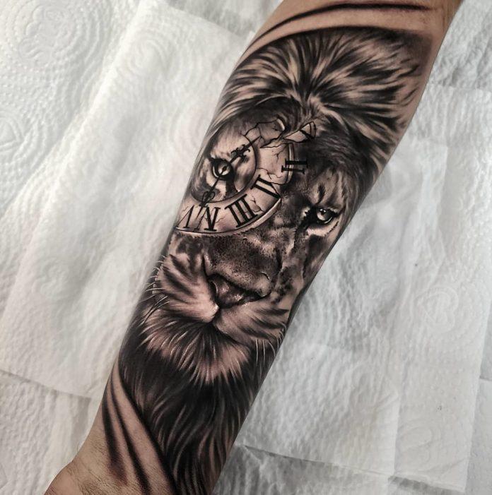 Tatouage Tête de Lion + horloge sur avant bras