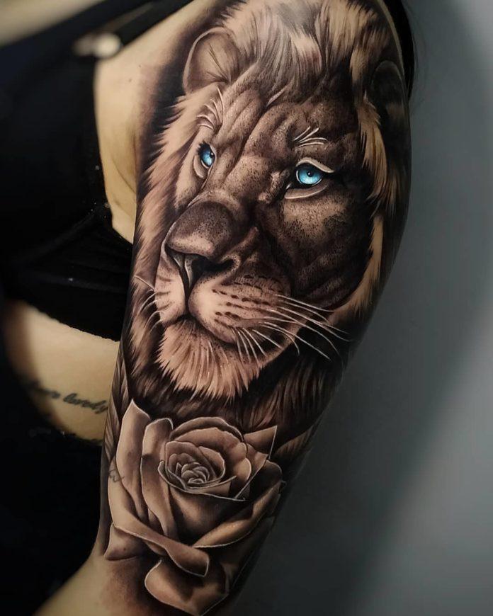 Tatouage Tête de Lion aux yeux bleux sur l'épaule