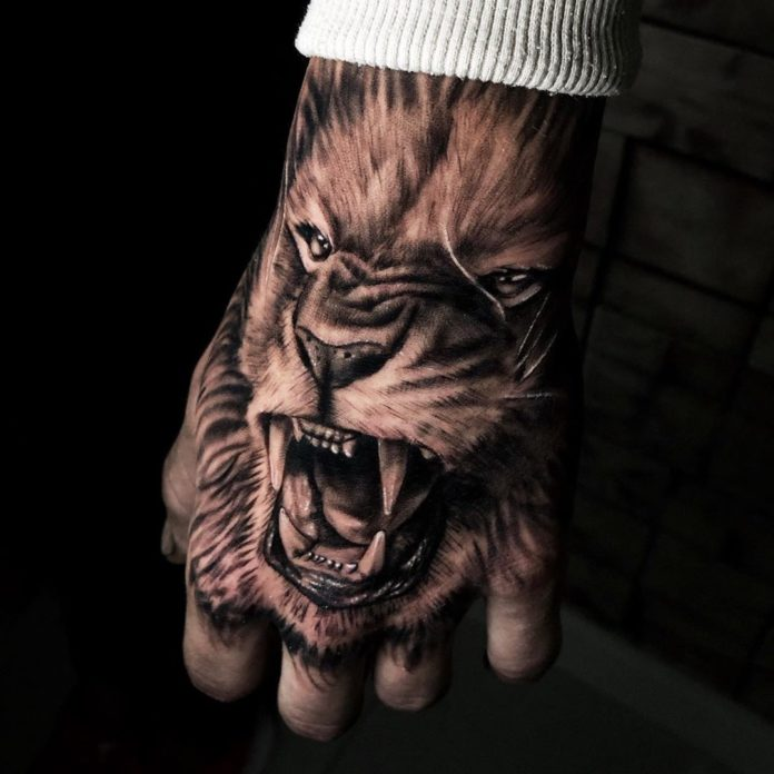 Tatouage Tête de Lion sur la main
