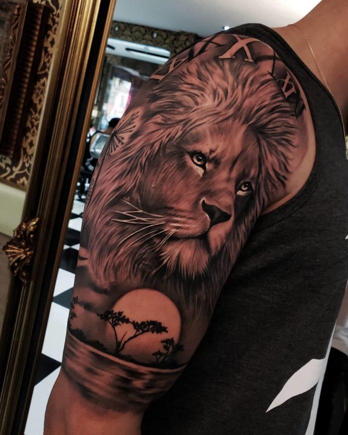 Tatouage Tête de Lion + Savane sur l'épaule