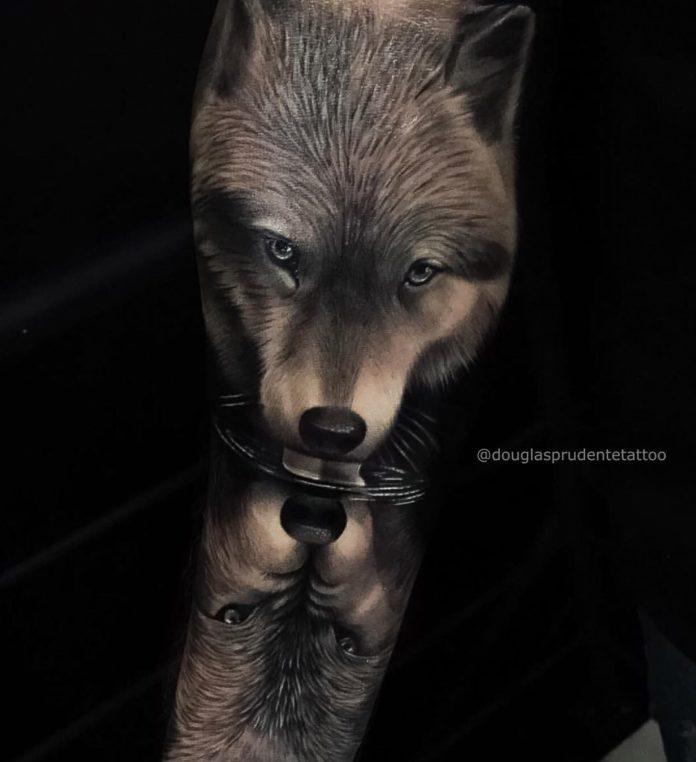 Tatouage de Loup buvant d'eau sur avant bras