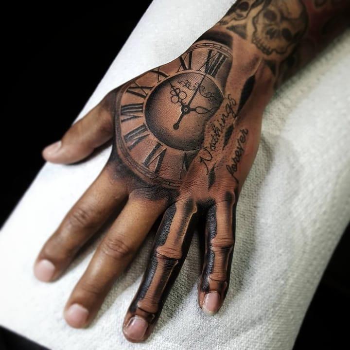 Tatouage d'horloge sur la main avec 2 têtes de mort