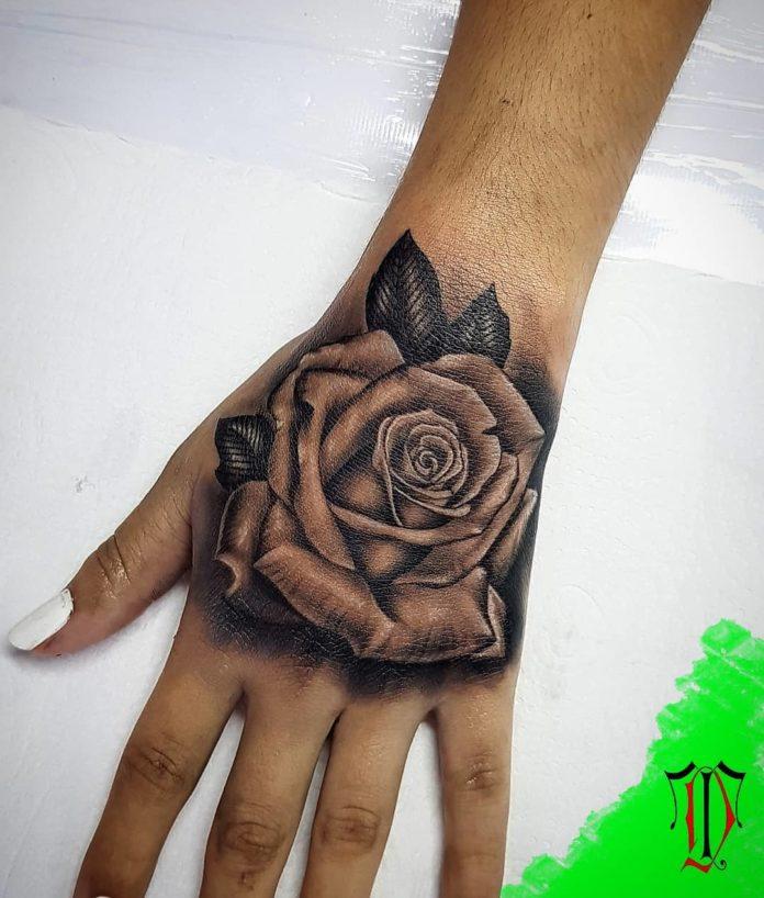 Tatouage d'une rose sur la main gauche