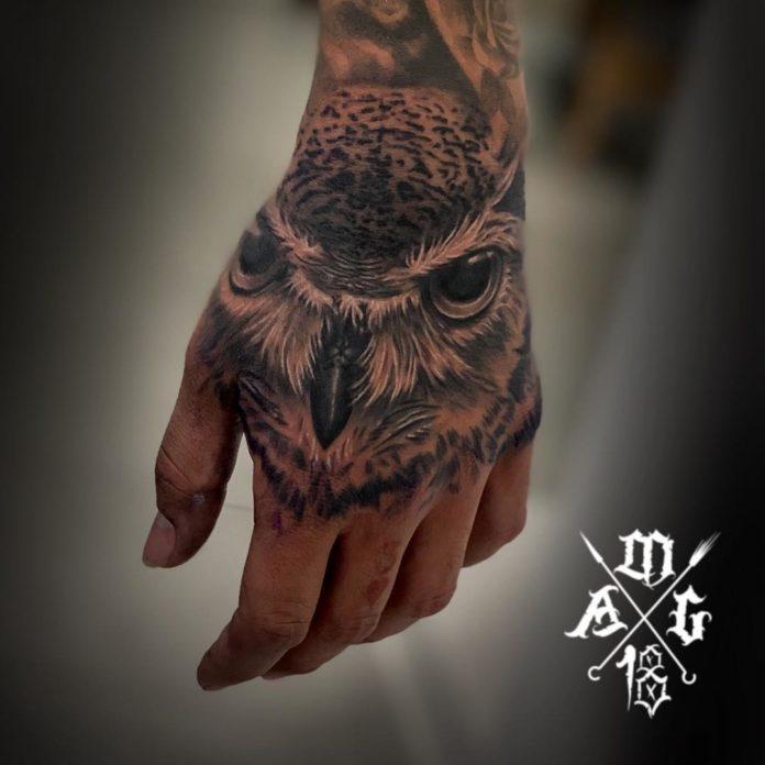 Impressionnant tatouage de tête d'hibou