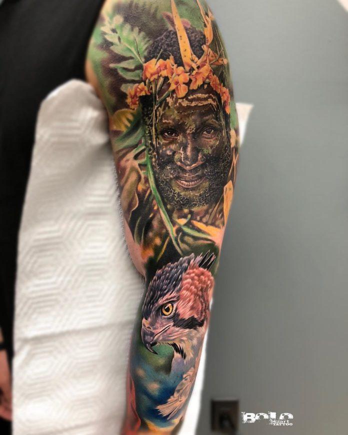 Incroyable tatouage Indigène + Faucon en plein forêt