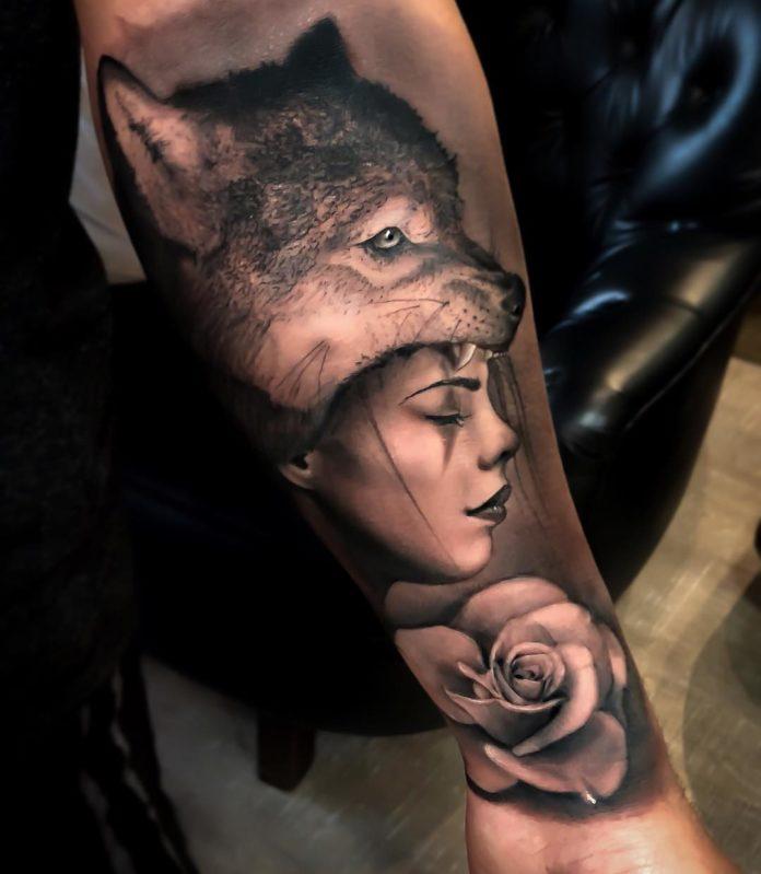 Tatouage d'un louveteau avec une fille endormie sur le bras