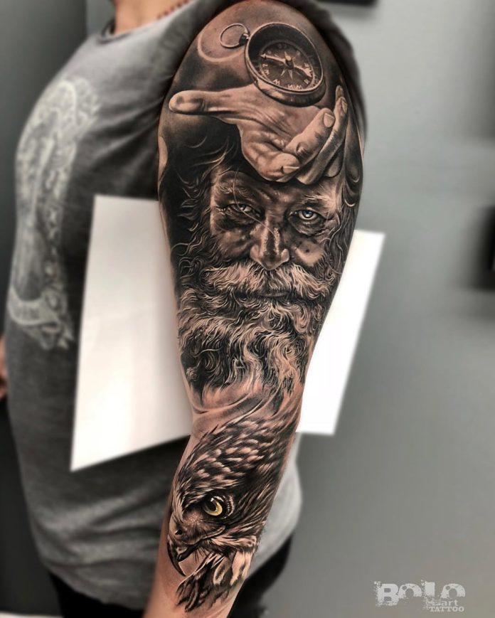 Composition de tatouages main avec boussole + Homme barbu + Faucon