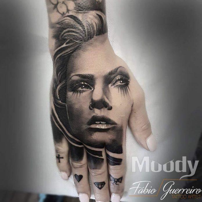 17 4 - 100 Impressionants Tatouages sur la Main pour Femme