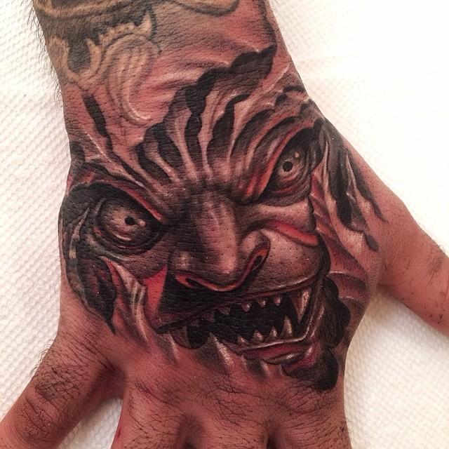 Tatouage d'une partie de visage de monstre
