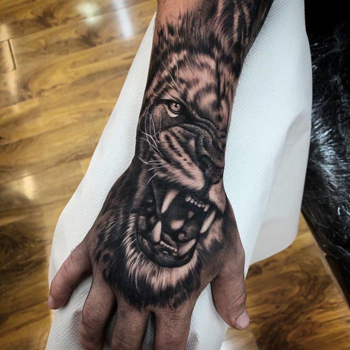 Tatouage en gros plan d'un lion rugissant