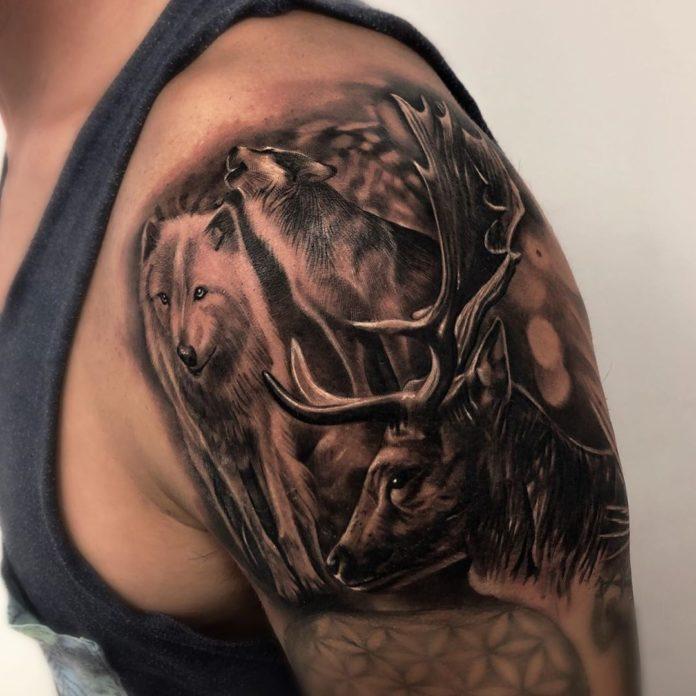 Tatouage de deux Loups avec un cerf sur l'épaule