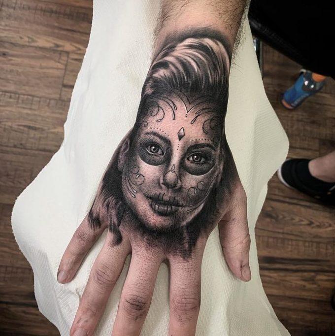 Tatouage de portrait de femme déguisée en mort