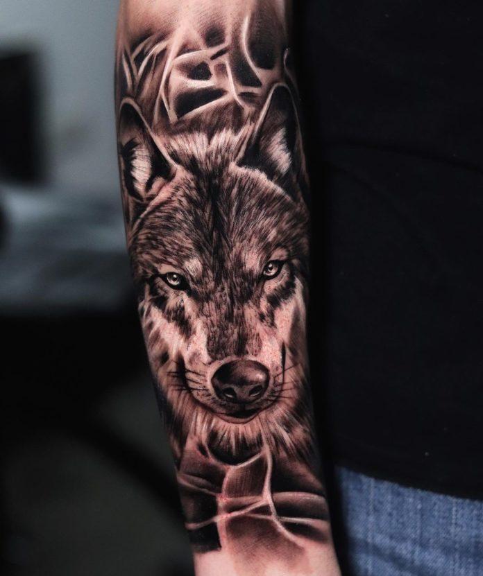 Tatouage de tête de Loup sur avant bras