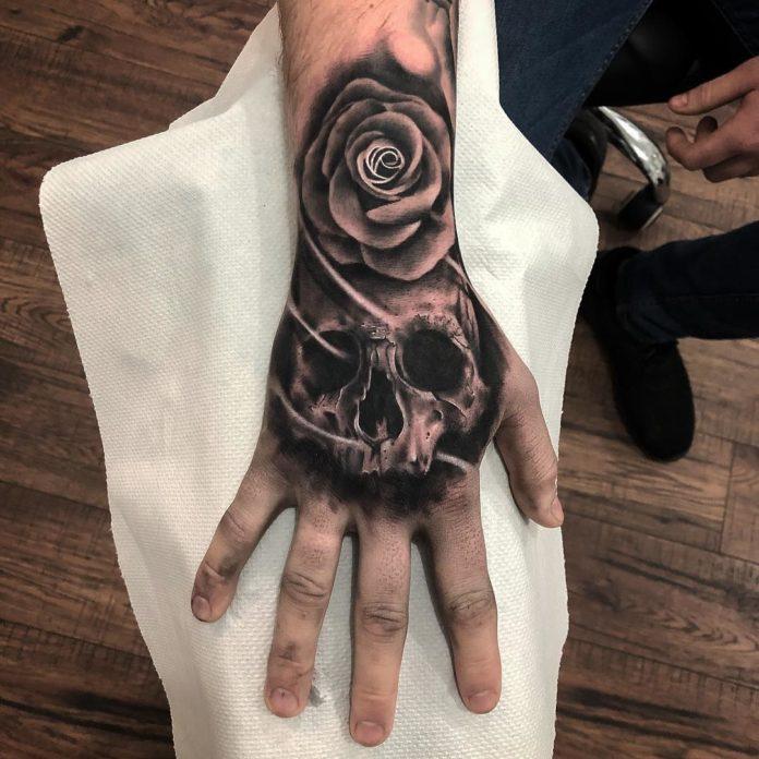 Composition de Tatouage de tête de mort et d'une rose