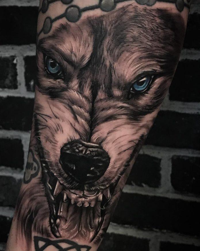 Tatouage de tête de Loup rugissant