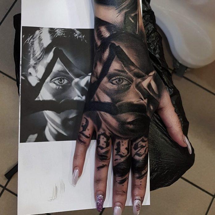 Tatouage artistique d'une petite fille faisant un signe d' œil de providence