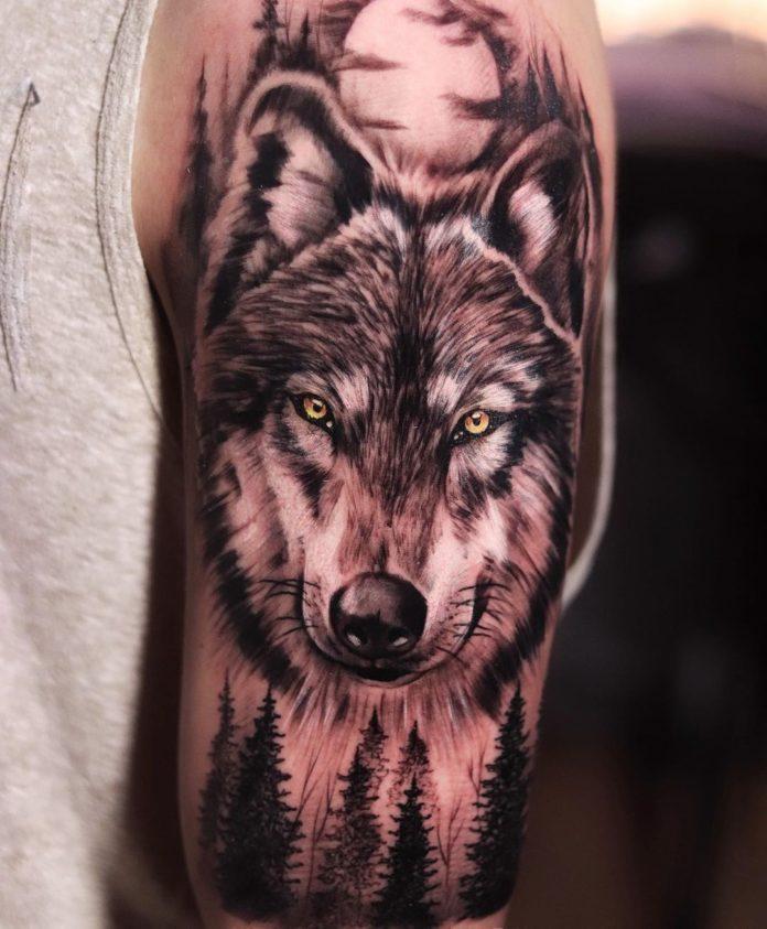 Composition de tatouage de tête de Loup dans la forêt en pleine lune sur l'épaule