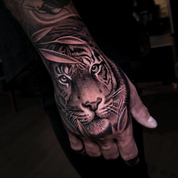 Tatouage de tigre sous les feuillages