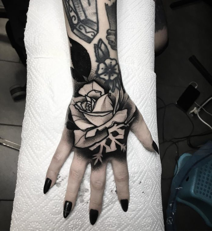 Tatouage en noir d'une rose