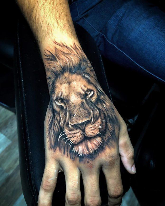 Tatouage réaliste de tête de lion