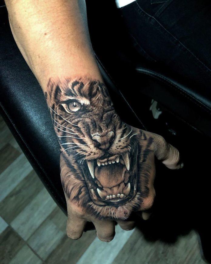 touage d'un tigre à un œil rugissant