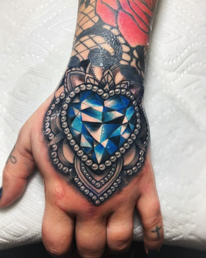 Tatouage en couleur d'un bijou en diamant