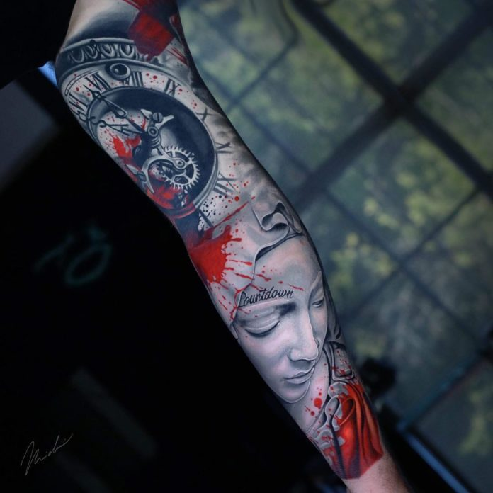 Tatouage d'horloge et de femme tachées de sang