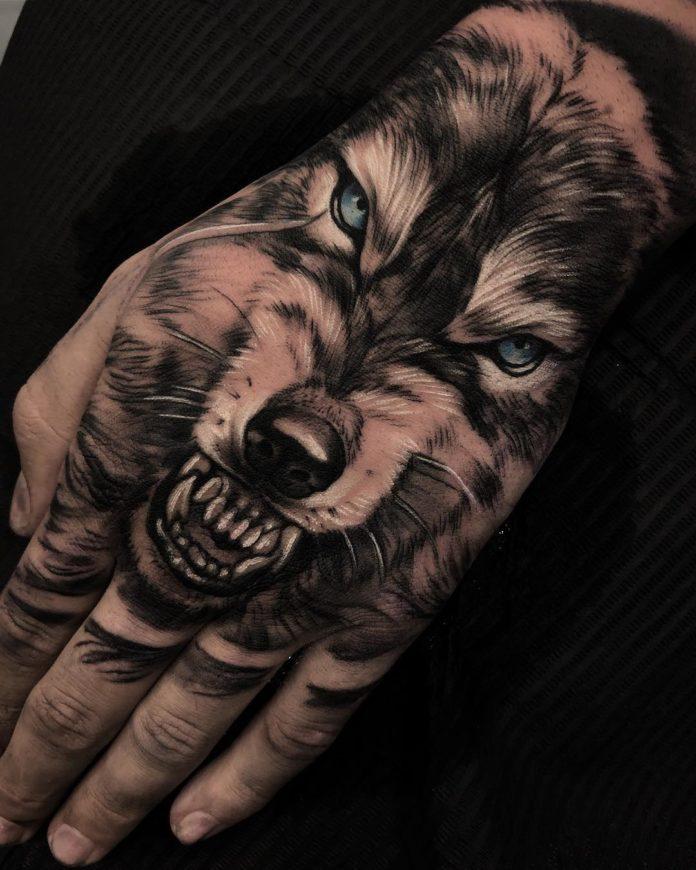 Tatouage de loup aux yeux bleus enragé