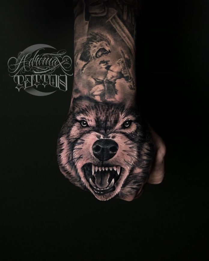 Composition de Tatouage de tête de loup montrant ses crocs + Soldat combattant un lion