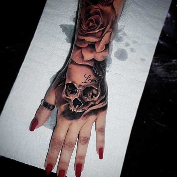 Tatouage d'une tête de mort avec une rose