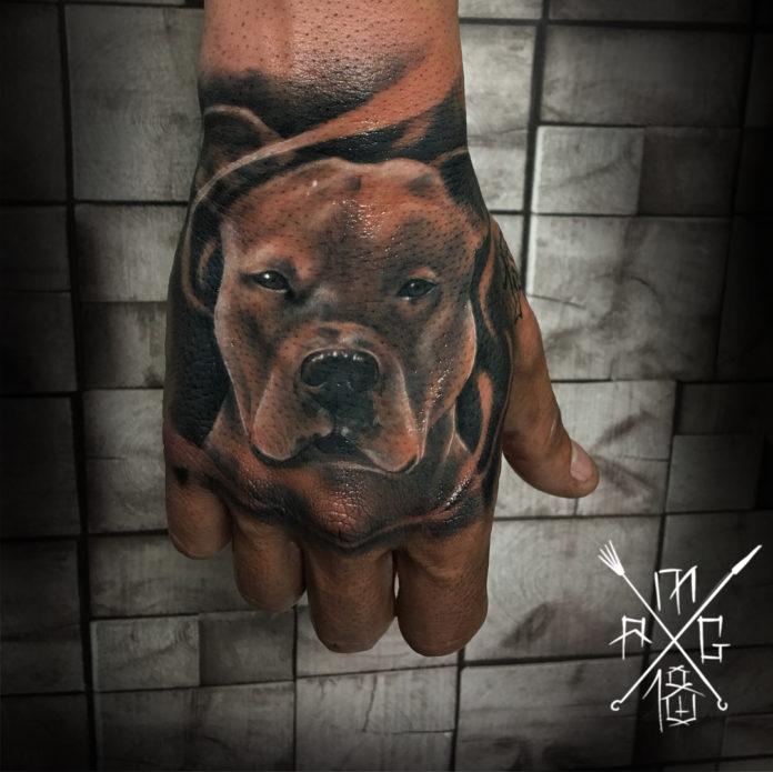 Tatouage de tête de chien de race