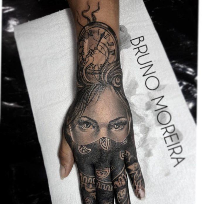 Tatouage d'une partie du visage d'une femme avec un horloge