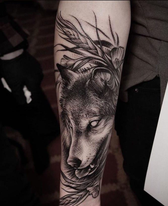 Composition de tatouage de Loup aveugle avec des fleurs sur l'épaule
