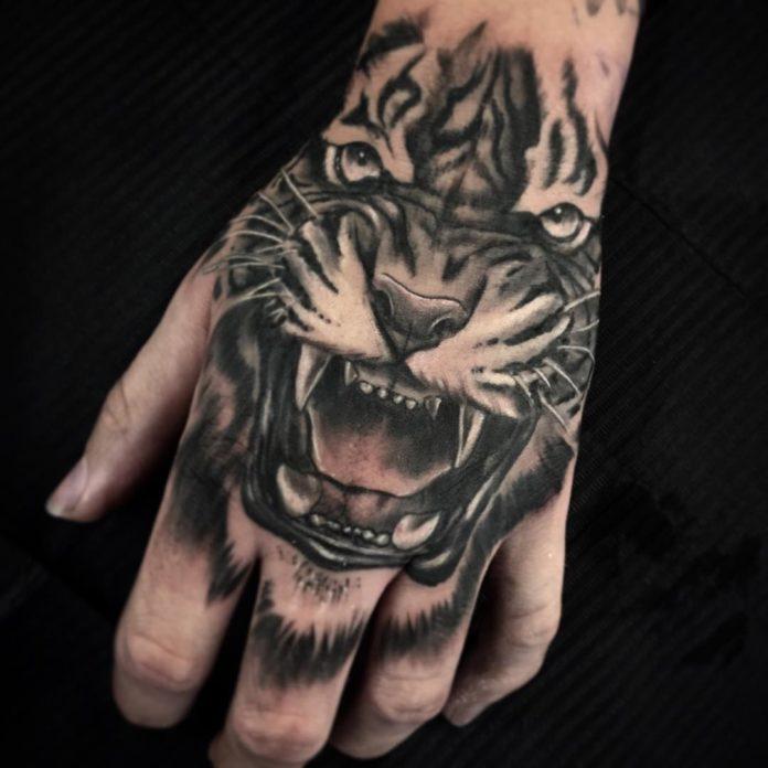 Tatouage de tête de tigre rugissant