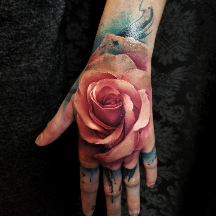 Tatouage réaliste d'une rose en couleur