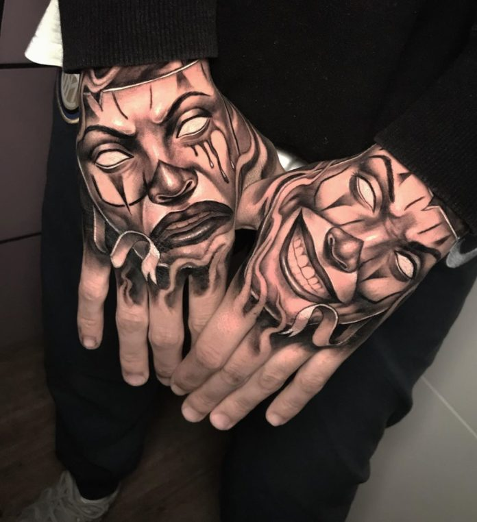 Tatouage de deux masques sur les deux mains