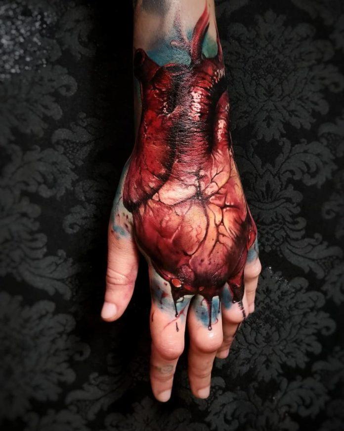 Incroyable Tatouage réaliste d'un cœur humain