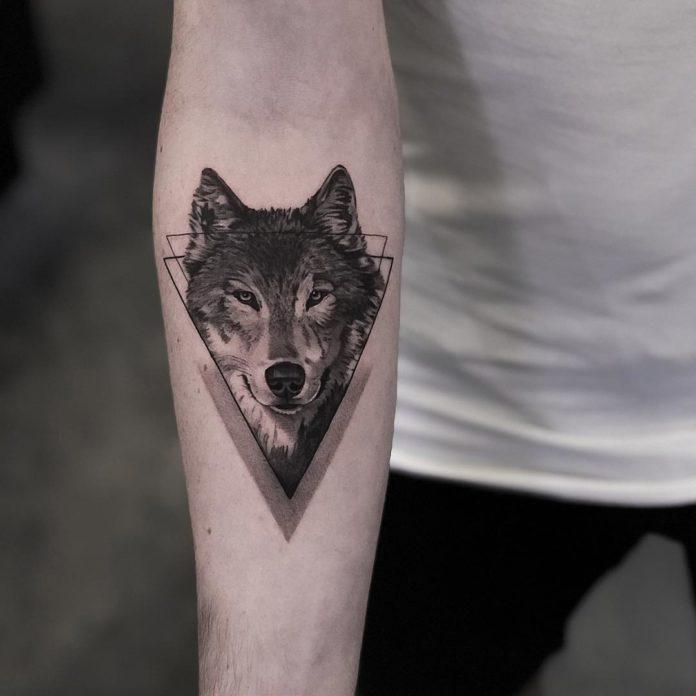 Tatouage de tête de Loup en dessin géométrique sur avant bras