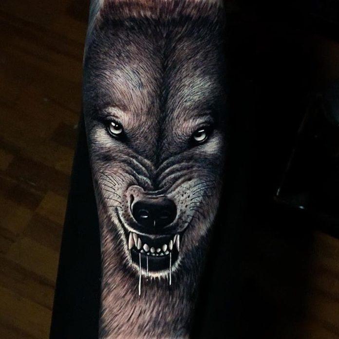Tatouage de tête de Loup enragé sur avant bras