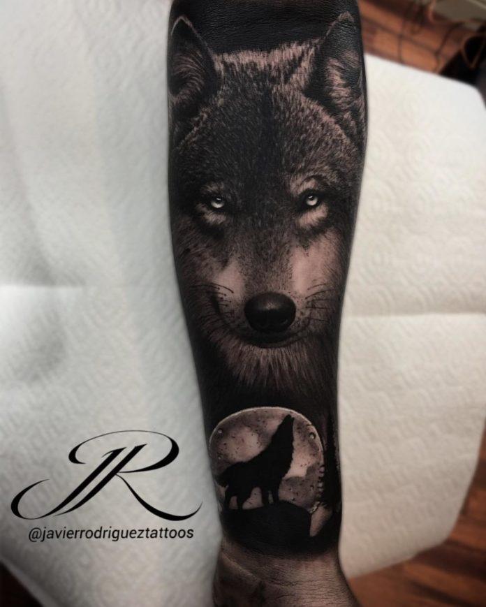 Tatouage de la tête de Loup réaliste en pleine nuit sur avant bras